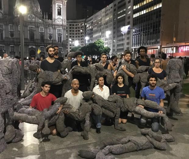 """Atores da peça """"Grande Sertão: Veredas"""" fizeram um ato durante a manifestação (Foto: Divulgação)"""