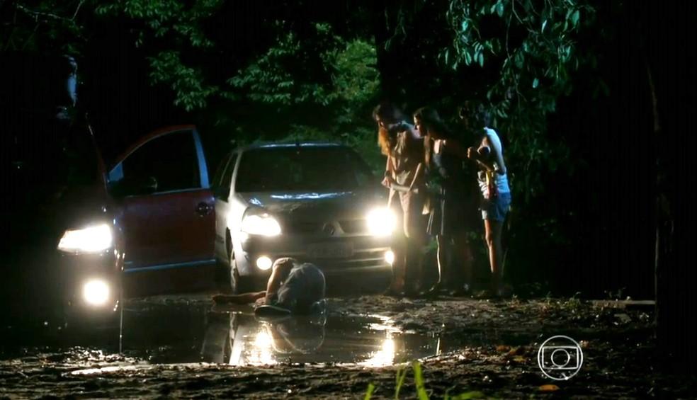 Natália (Daniela Escobar) dá uma paulada em Juliano (Bruno Gissoni) - 'Flor do Caribe' — Foto: Globo