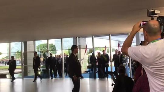 Primeira-dama Michelle Bolsonaro doa vestido para leilão beneficente no DF