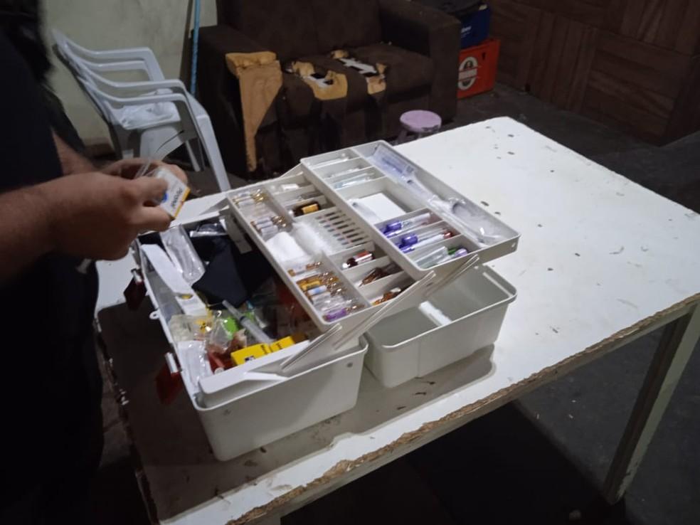 Materiais usados na castração foram localizado nas república — Foto: Polícia Ambiental