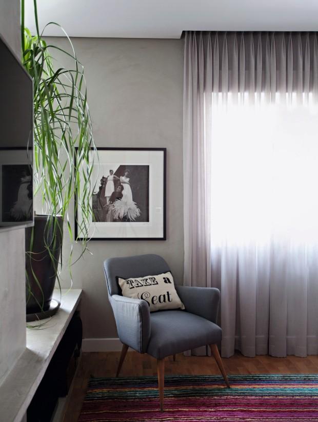 Clássico na sala.  Em seu apartamento, o arquiteto Carlos Navero optou por uma cortina cinza de linho misto da Donatelli, com barra de 10 cm de altura. O trilho está escondido pelo cortineiro de gesso acartonado embutido (Foto: Marco Antonio / Editora Globo)