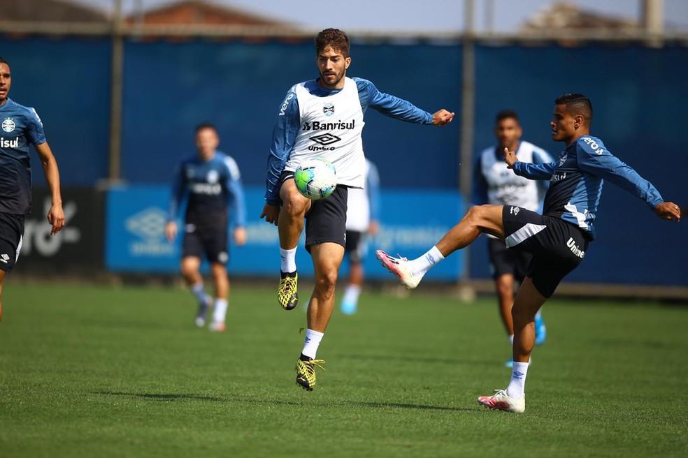 Pepê aparece no fundo em treino do Grêmio — Foto: Lucas Uebel/Grêmio