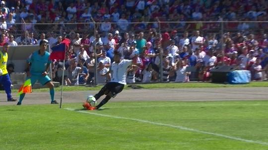 Vídeo: Clayson, do Corinthians, tropeça ao cobrar escanteio e brinca com lance