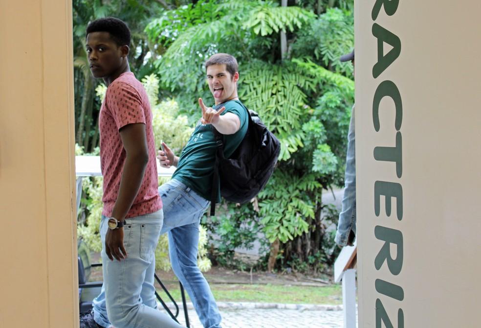 Nicolas Prattes acena para a câmera antes de ir embora (Foto: TV Globo)