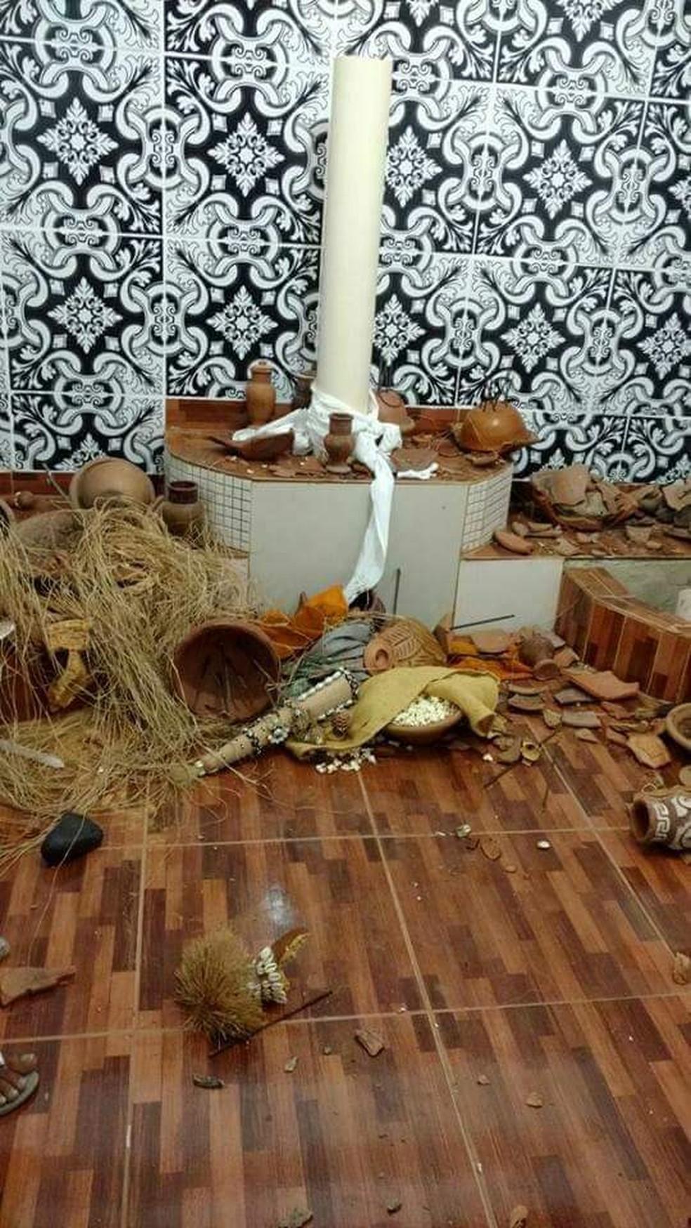 Altar destruído em terreiro de Nova Iguaçu — Foto: Reprodução/TV Globo