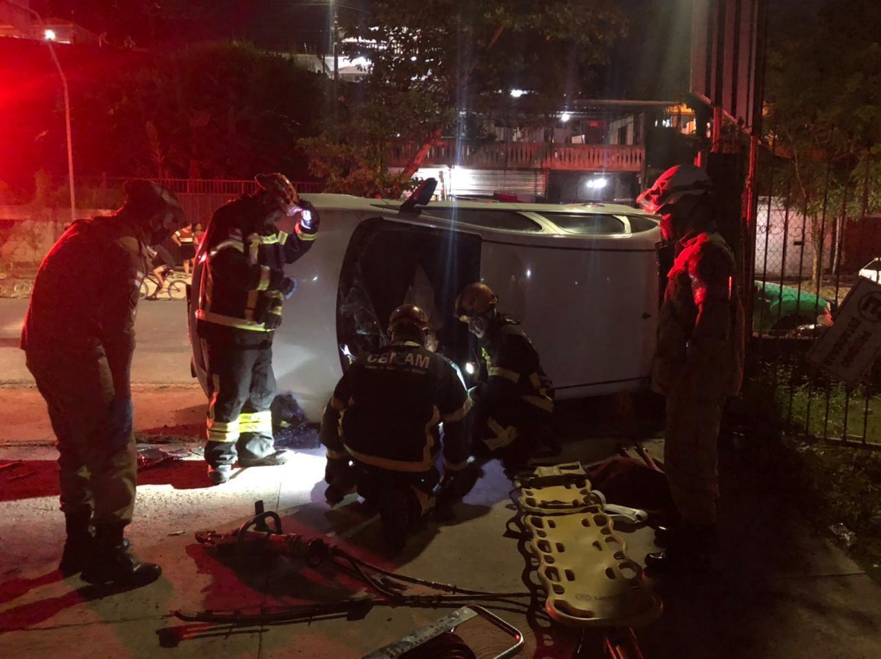 Casal fica ferido após carro capotar no bairro Santo Antônio, em Manaus