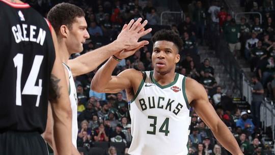Milwaukee vê noite de fúria de Antetokounmpo, trolagem em Kawhi e afirmação dos Bucks