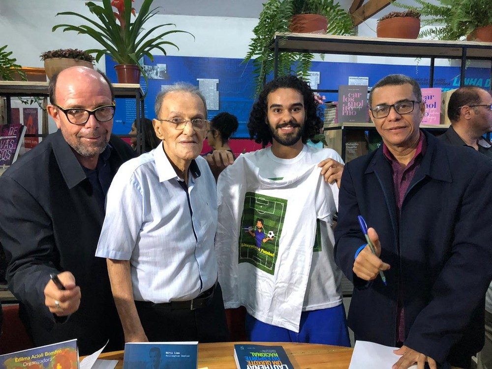 Léo Lyra, fã de Lauthenay, ao lado de seu ídolo — Foto: Emanuelle Borba/GloboEsporte.com