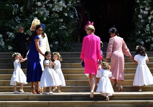 Kate Middleton chega na capela de St. George e acompanha daminhas de honra (Foto: Getty Images)