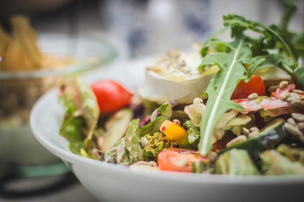 Se for comer em um restaurante por quilo, capriche na quantidade de folhas verdes e salada, que aumentam a sensação de saciedade e têm poucas calorias, recomenda Suen — Foto: Unsplash