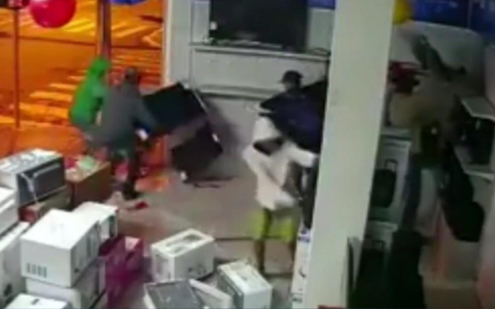 Grupo furta televisores de loja após arrombar porta de vidro — Foto: Reprodução/TV Anhanguera