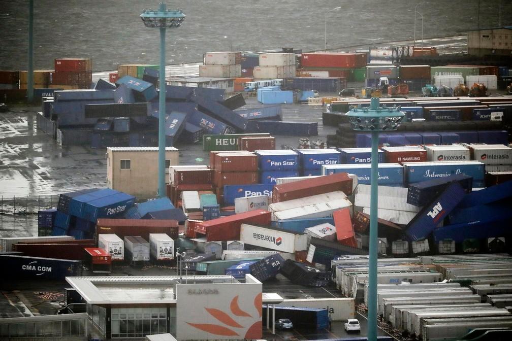 Contêineres caem perto de um porto em Osaka, oeste do Japão, após um tufão Jebi atingir a região, nesta terça-feira (4)  (Foto: Kota Endo/Kyodo News via AP)