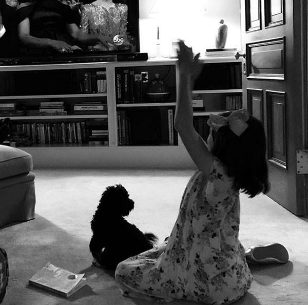Katie Holmes registra a filha Suri curtindo o Oscar (Foto: Reprodução/Instagram)