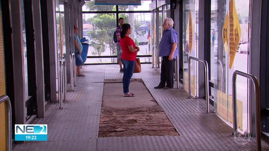 Obras em estações de BRT vandalizadas afetam 10 mil passageiros no Recife