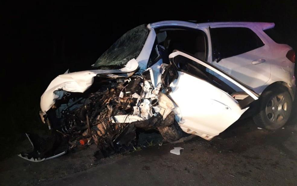 Batida entre dois carros deixou mortos e um dos veículos destruído no extremo sul da Bahia — Foto: Divulgação/PRE