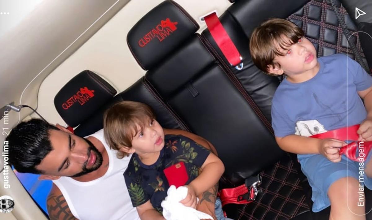 Gusttavo Lima e filhos passeiam em helicóptero da família (Foto: Reprodução/Instagram)