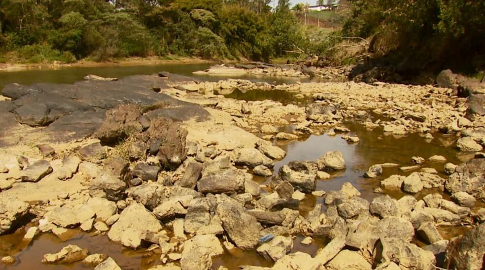 Baixo nível do Rio Verde deixou paredão e pedras à mostra em Varginha (MG) (Foto: Reprodução/EPTV)