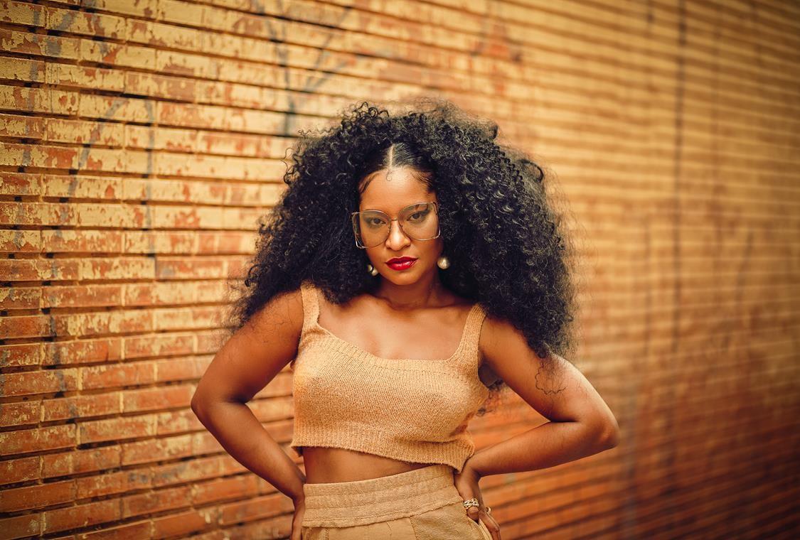 Larissa Luz firma parceria com rapper Coruja BC1 em disco produzido por Tropkillaz