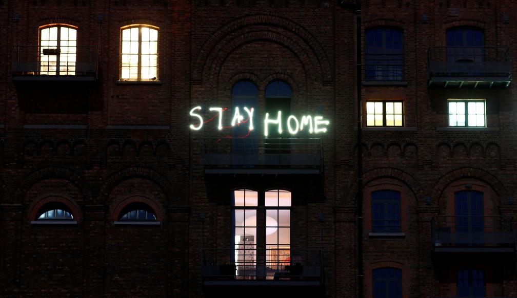 5 de abril - Moradores escrevem as palavras 'Fique em casa' com seus telefones, em Ruisbroek, perto de Bruxelas, na Bélgica — Foto: Francois Lenoir/Reuters