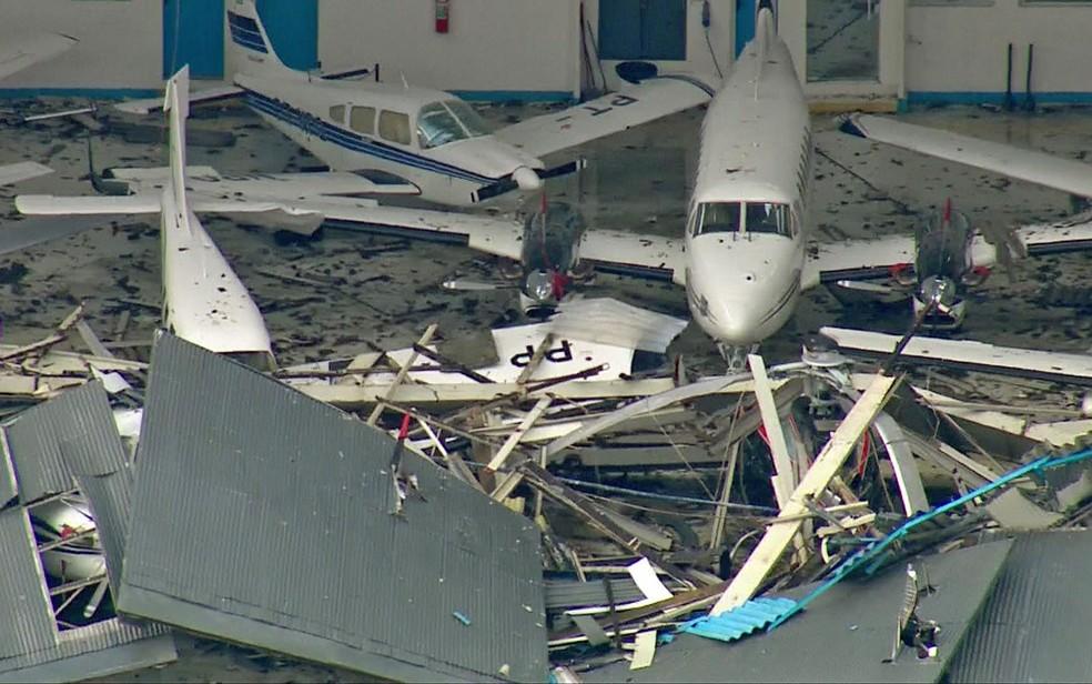 Chuva derrubou portões de hangar no aeroporto Campo de Marte — Foto: GloboNews/Reprodução