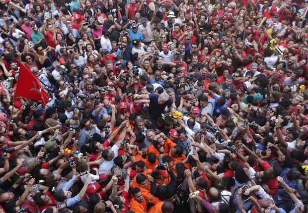 Ex-presidente Lula em meio a manifestantes em São Bernardo do Campo (SP), antes de sua prisão (Foto: Paulo Pinto/FotosPublicas)