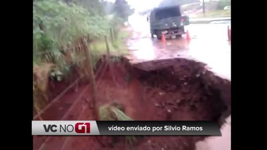 Cratera às margens da PR-082, em Cidade Gaúcha, preocupa moradores