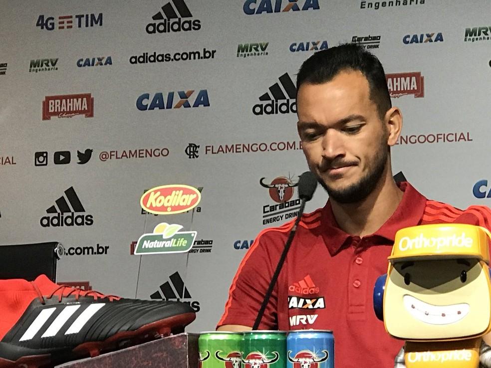 Réver fala em entrevista coletiva no Flamengo — Foto: Cahê Mota