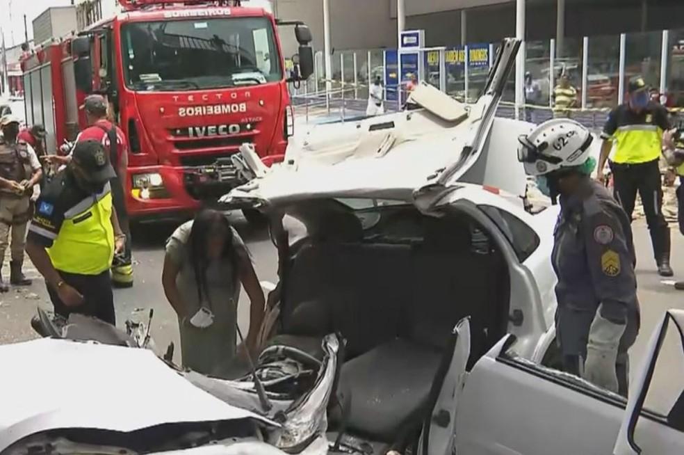 Árvore cai em cima de veículo e deixa feridos em Salvador — Foto: Reprodução/TV Bahia