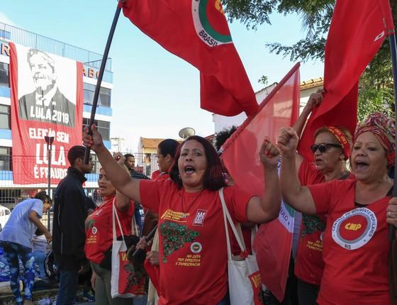 Manifestantes pró-Lula  em frente ao Sindicato dos Metalúrgicos do ABC, em São Bernardo do Campo (SP) (Foto: Edilson Dantas/Agência O Globo)