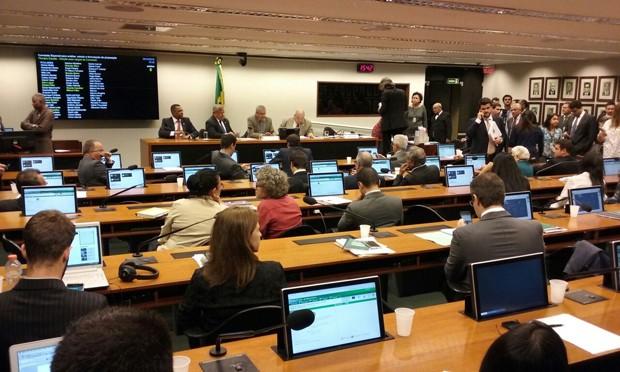 Deputados reunidos para instalação da comissão destinada a analisar a reforma política (Foto: Bernardo Caram/G1)