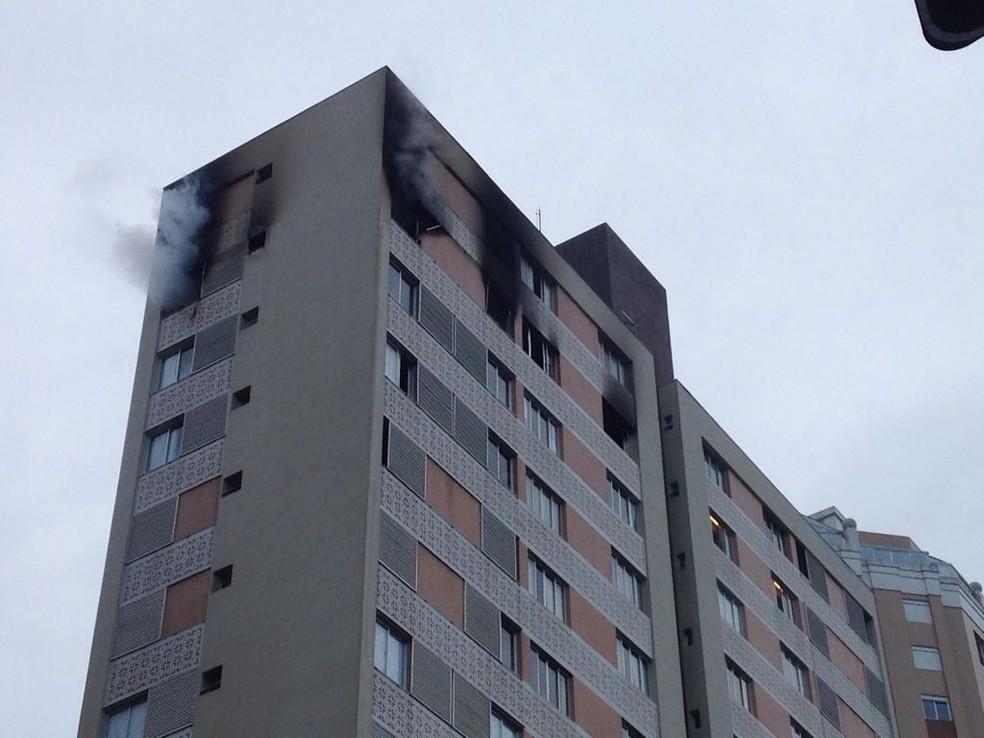 Chamas foram controladas pelos bombeiros cerca de uma hora depois  (Foto: Amanda Menezes/RPC)