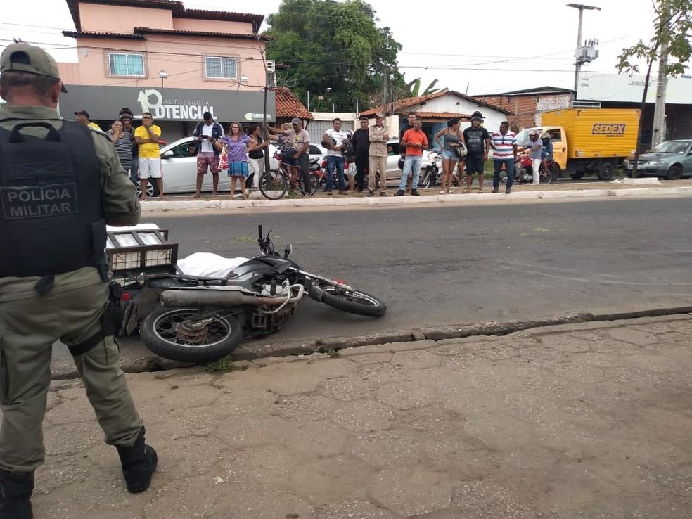 Motociclista perdeu controle da moto e foi atropelado por carreta na Zona Norte de Teresina — Foto: José Marcelo/G1