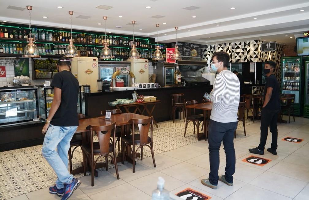 Clientes fazem distanciamento social durante reabertura de bares e restaurantes em SP — Foto: Marcelo Brandt/G1