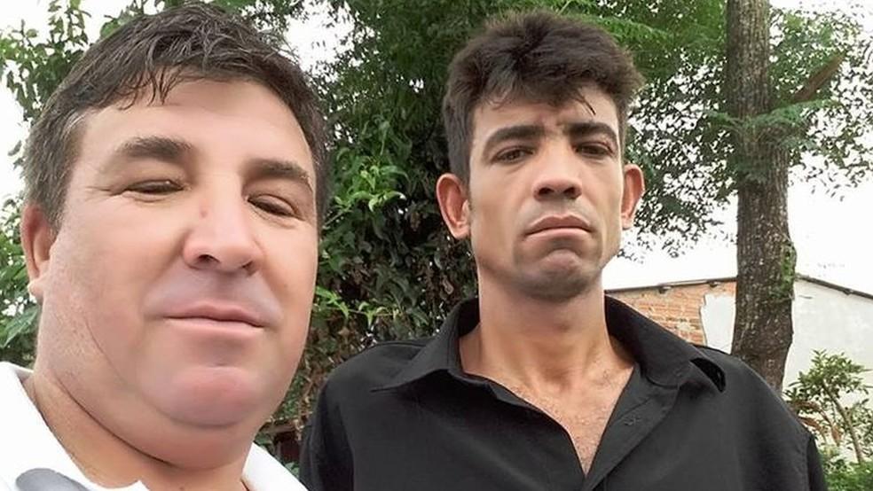 João Fragoso Fernandes (à esq.) com o irmão Edgar, morto num silo em São Luiz Gonzaga (RS), em 2017 — Foto: Arquivo Pessoal