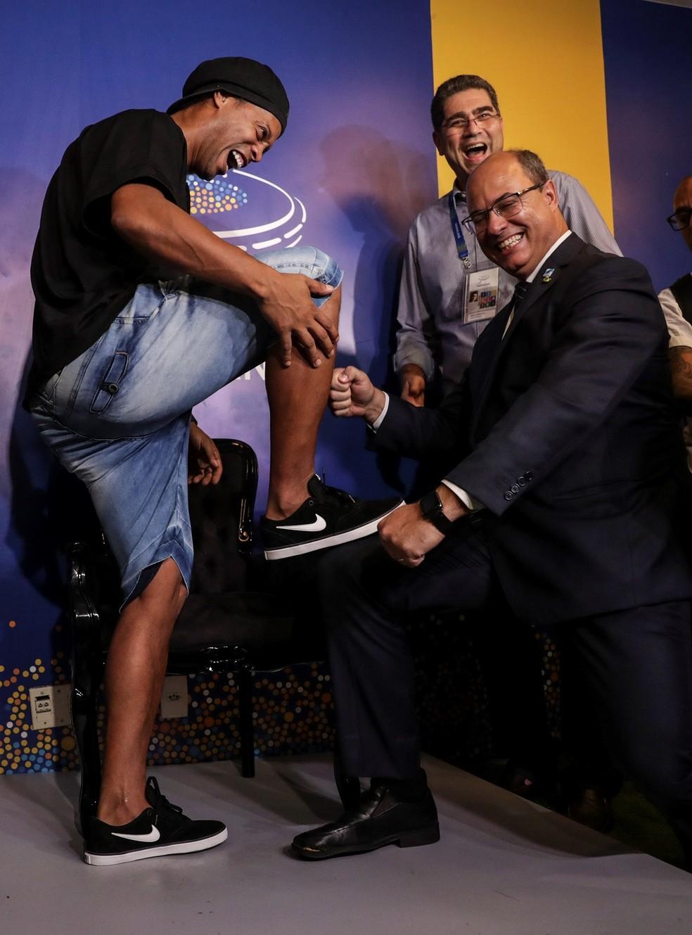 Ronaldinho Gaúcho com o governador do Rio, Wilson Witzel — Foto: EFE