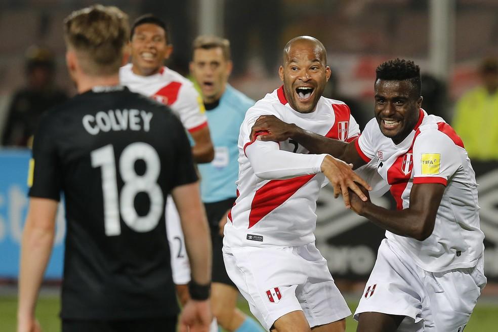 Jogadores do Peru comemoram um dos gols sobre a Nova Zelândia (Foto: Karel Navarro/AP Photo)
