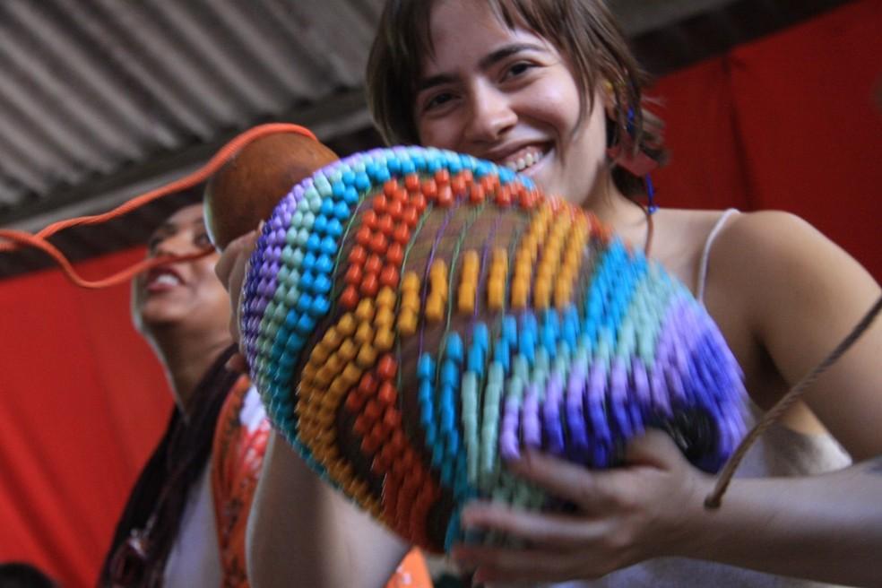 Publicitária Lívia Campolina toca agbê e canta no bloco Bruta Flor de Belo Horizonte  — Foto: Maria Mourão/Divulgação Bruta Flor