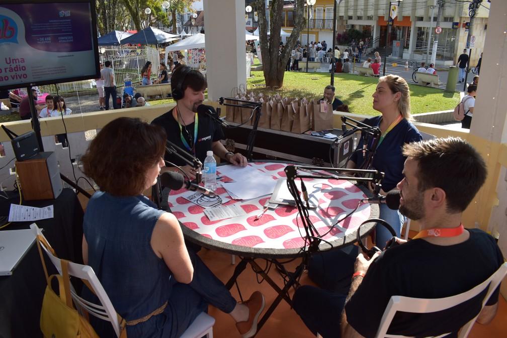 Estúdio de rádio foi montado na praça de Santa Rita do Sapucaí — Foto: Régis Melo