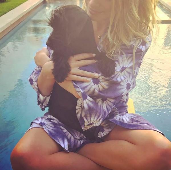 A atriz Margot Robbie com um de seus cãezinhos (Foto: Instagram)