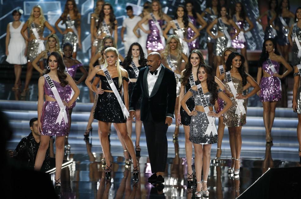 O apresentador do Miss Universo 2017, Steve Harvey, cercado pelas competidoras, em Las Vegas (Foto: AP Photo/John Locher)