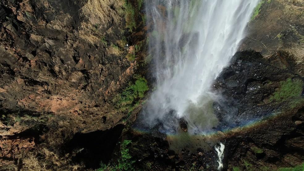 Maior em queda livre, a Cascata ultrapassa a Cachoeira do Itambé, considerada até então o maior salto de São Paulo — Foto: Marcelo Moraes