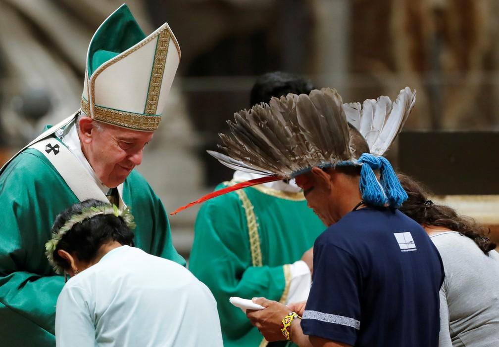 Papa recebe indígenas no momento da entrega das oferendas na celebração — Foto: Remo Casilli/Reuters