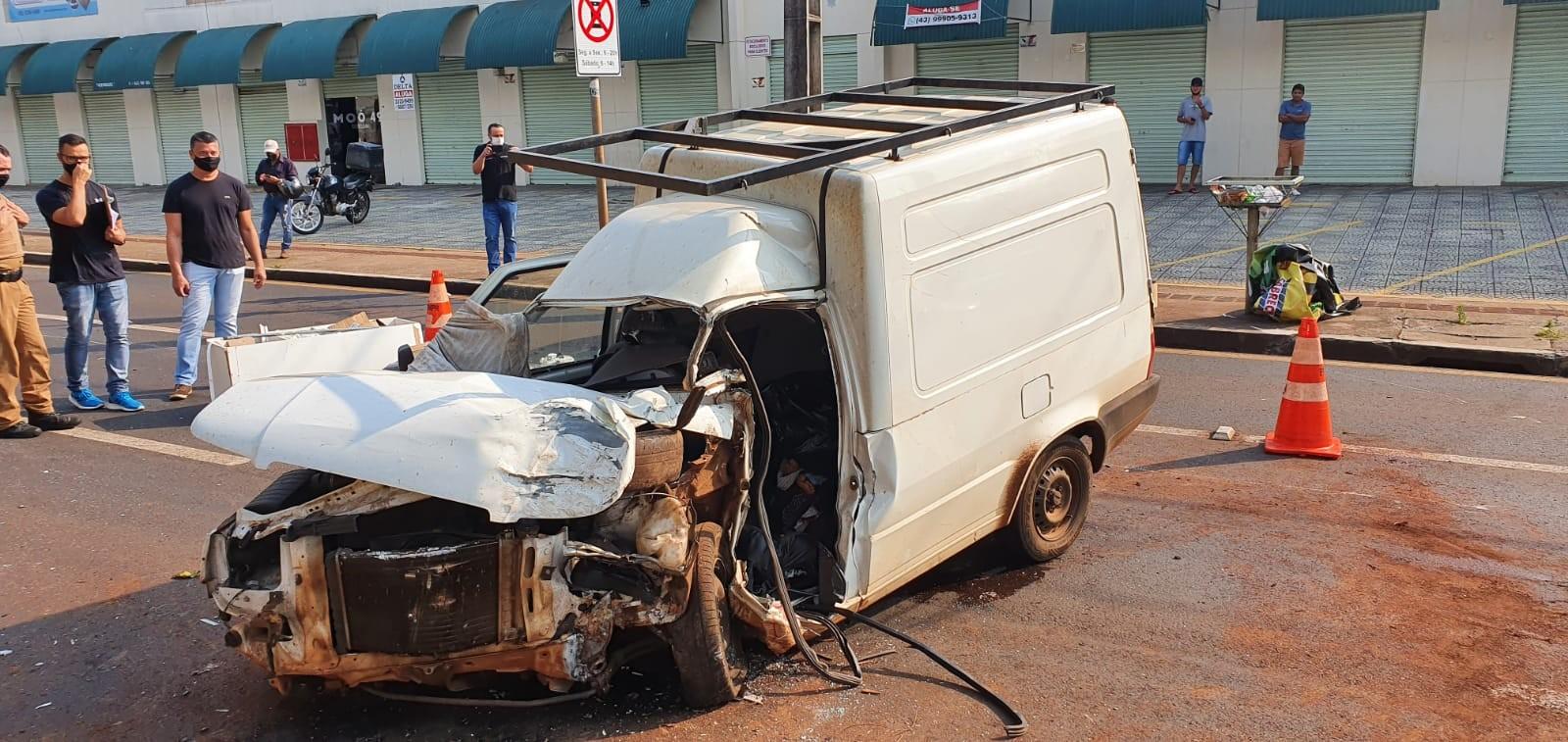Motorista morre após furgão bater em árvore, em Londrina