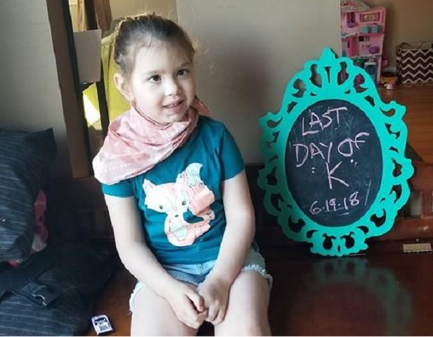 Zoey em seu último dia de quimioterapia (Foto: Reprodução/Facebook)