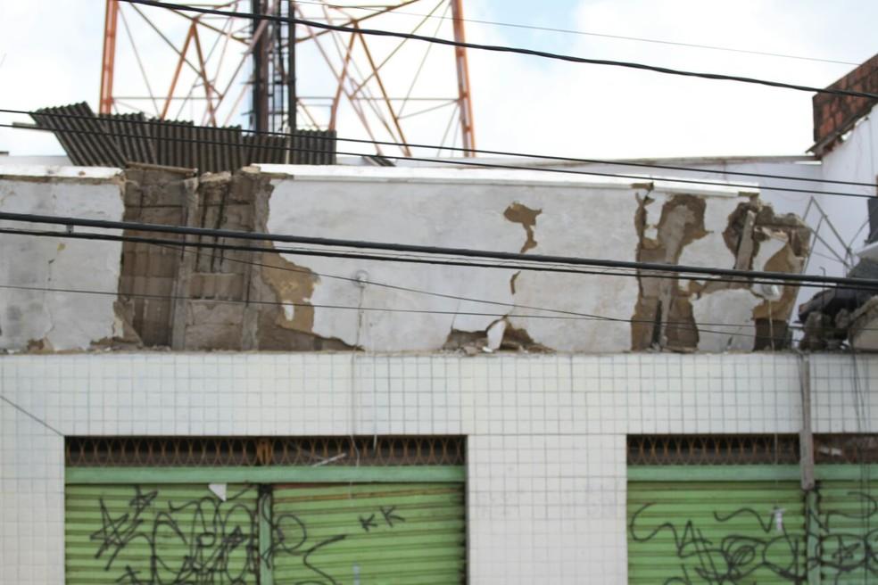 Imóvel tem quer demolido, segundo a Defesa Civil de Paulista (Foto: Marlon Costa/Pernambuco Press)