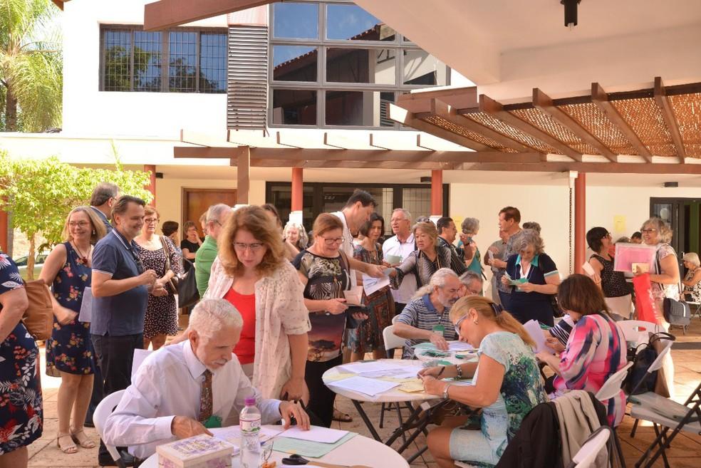 Assinatura de lista de presença e checagem de documentos antes do início de Assembleia dos futuros moradores da Vila Conviver, em Campinas (SP) (Foto: Sandra Lopes/Divulgaçã)