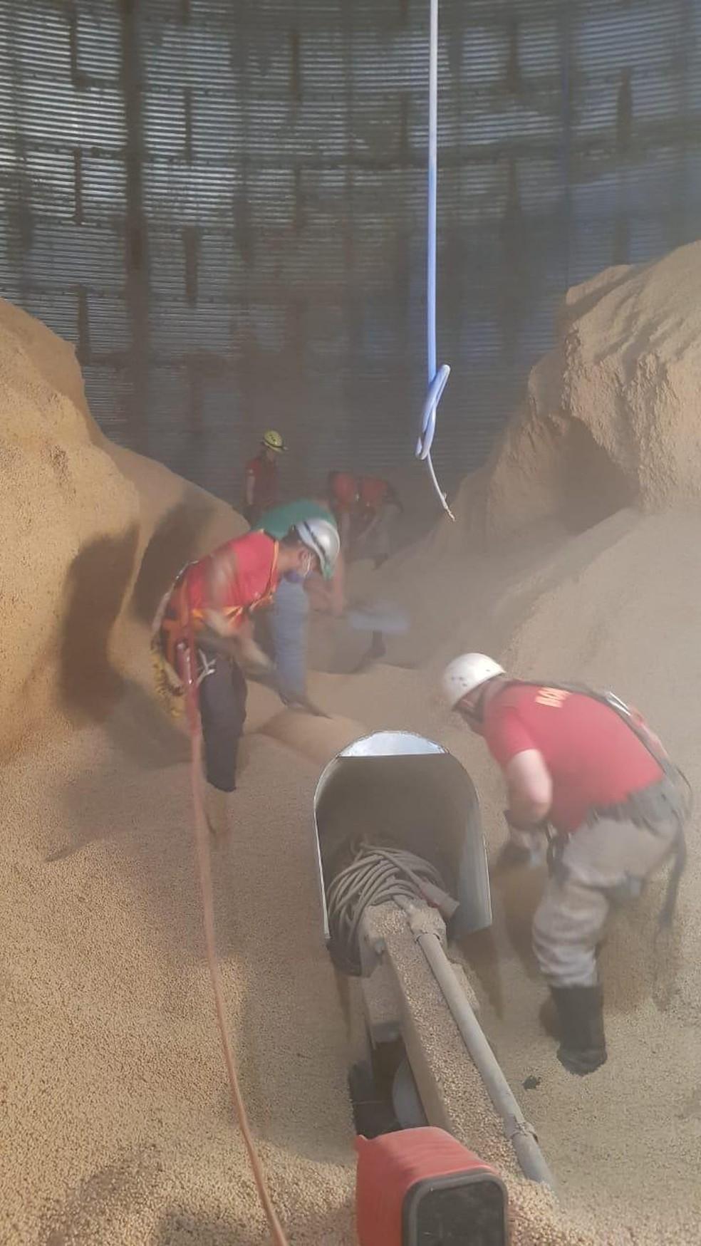 Equipe trabalha para encontrar corpo de trabalhador soterrado — Foto: CBM/MT