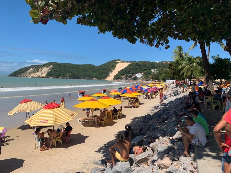 Praia de Ponta Negra registra movimento em domingo (2) de sol em Natal — Foto: Wild Nascimento