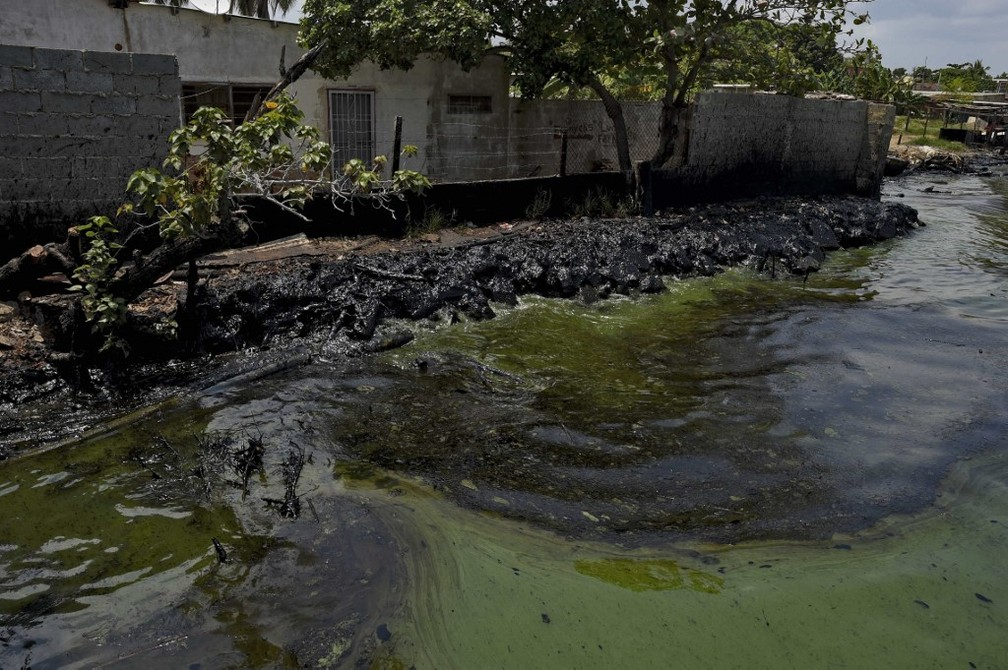Mancha de óleo se aproxima de casas ao redor do Lago de Maracaibo, na Venezuela — Foto: Yuri Cortez/AFP