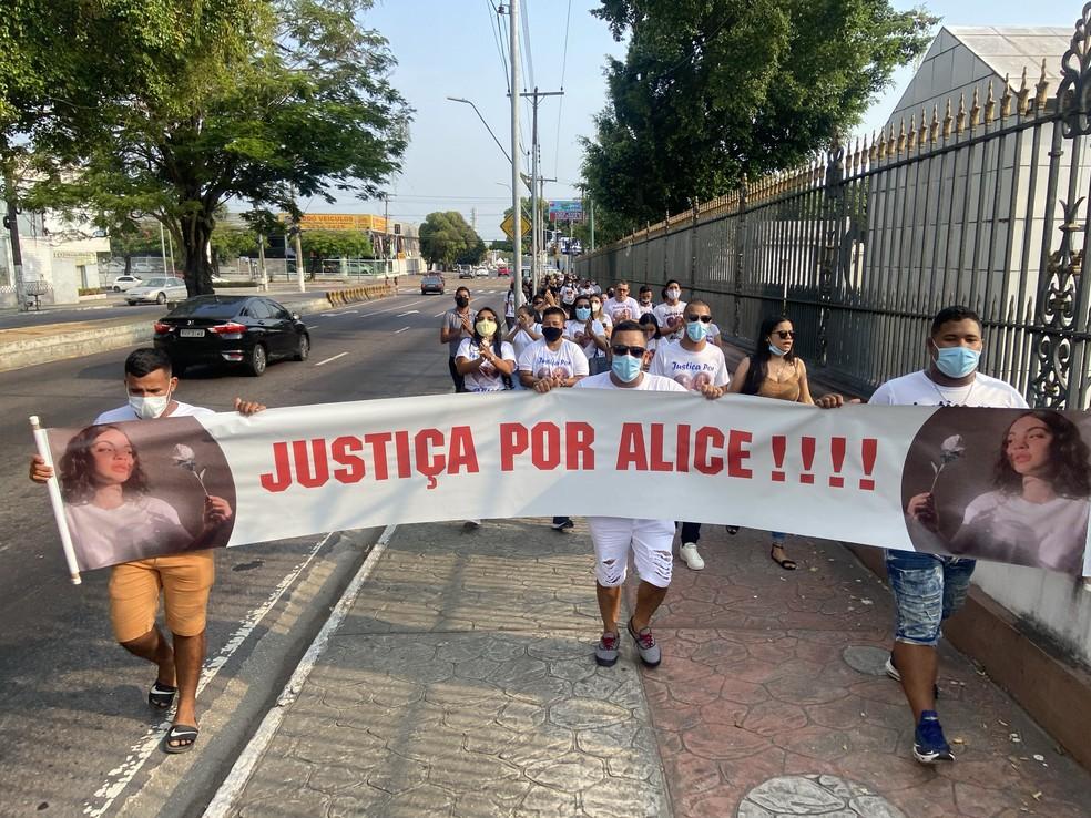 Familiares e amigos seguiram pelas ruas do bairro Nossa Senhora das Graças, até o cemitério, com faixa e gritos de Justiça por Alice. — Foto: Patrick Marques/G1 AM